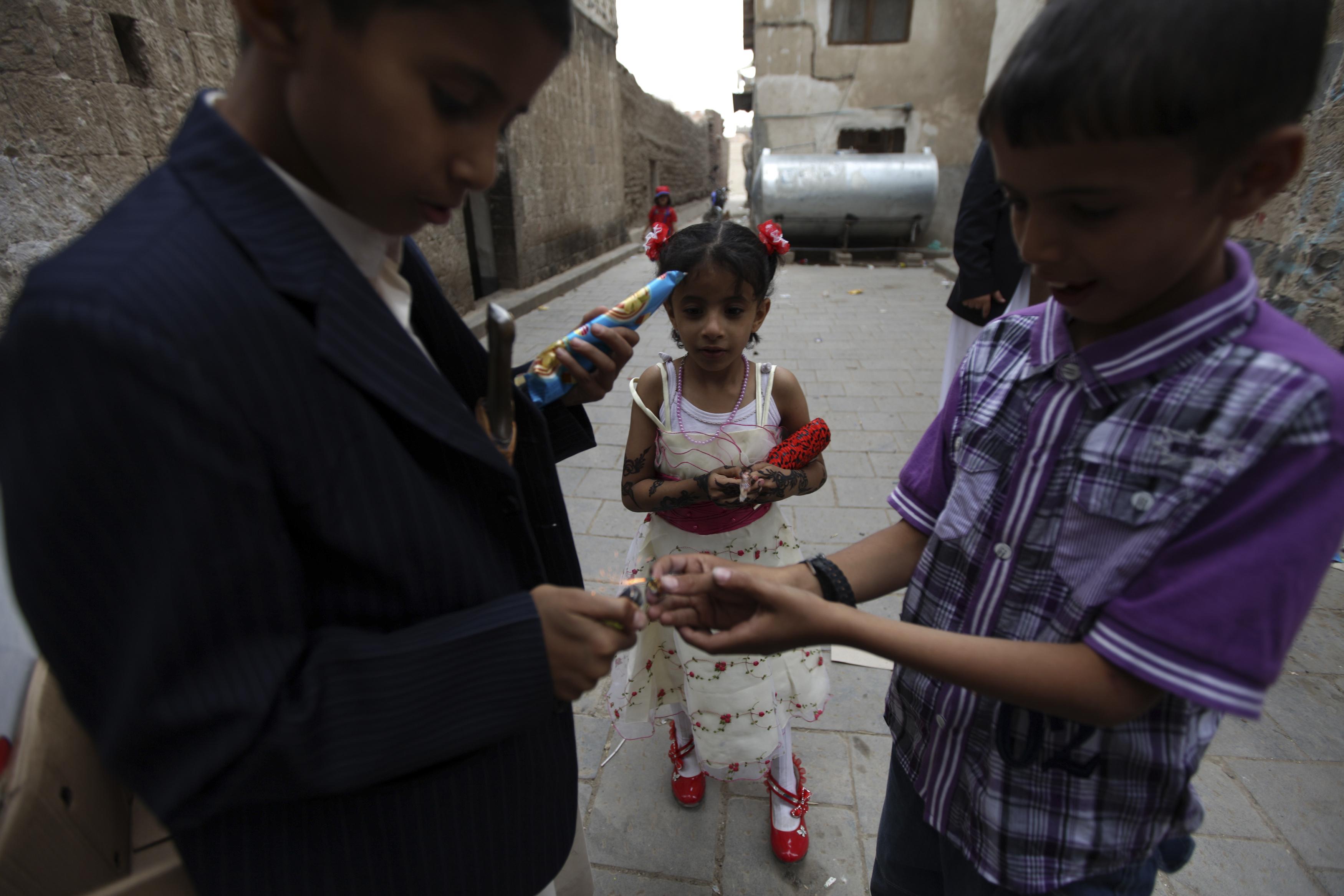 أطفال يمنيون يرتدون ملابس جديدة في أول أيام عيد الفطر بالعاصمة صنعاء