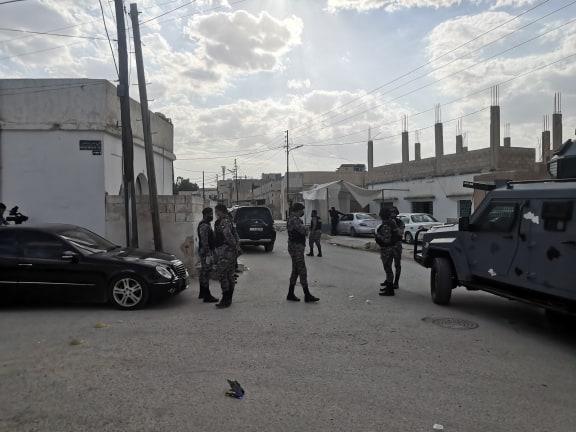 أفراد من قوات الأمن الأردنية تنتشر في مكان الحادث بمنطقة الفدين شمال شرق الأردن