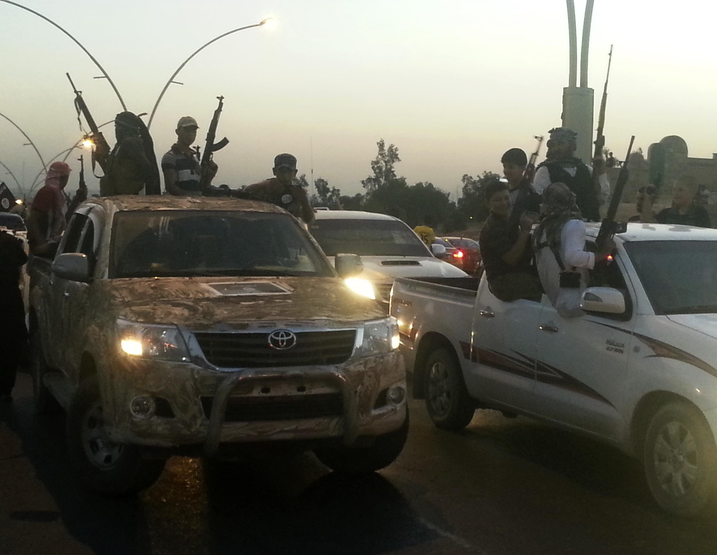 عناصر داعش يتجولون بسياراتهم في شوارع مدينة الموصل