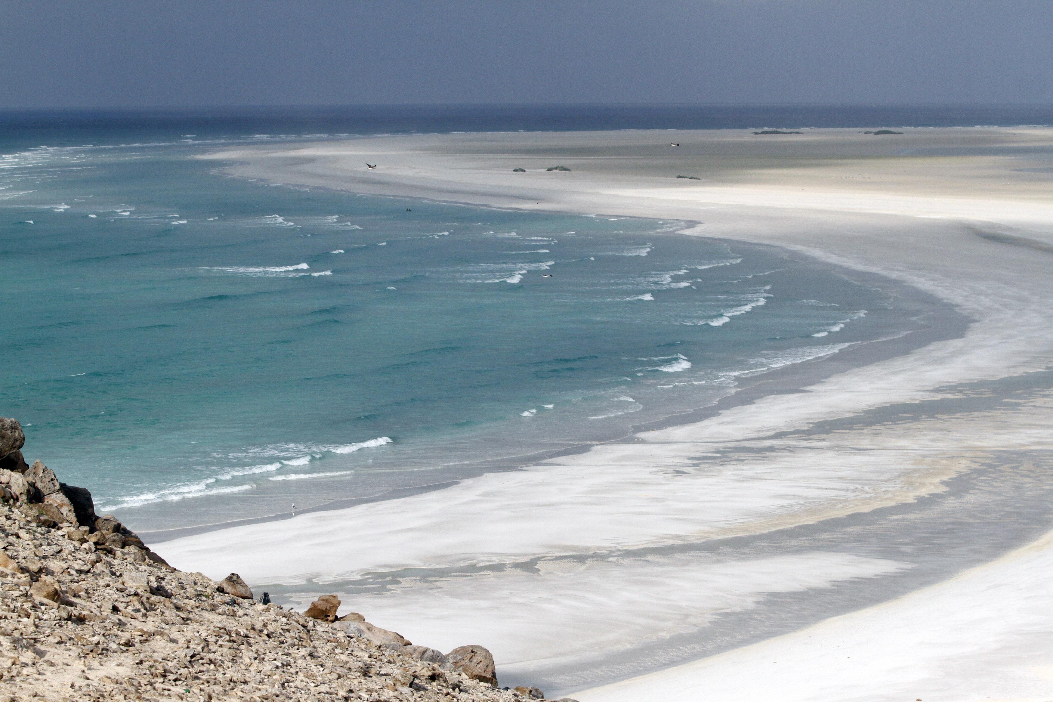شاطئ ديتوا بالقرب من ميناء قلنسيا ثاني أكبر مدينة في جزيرة سقطرى اليمنية
