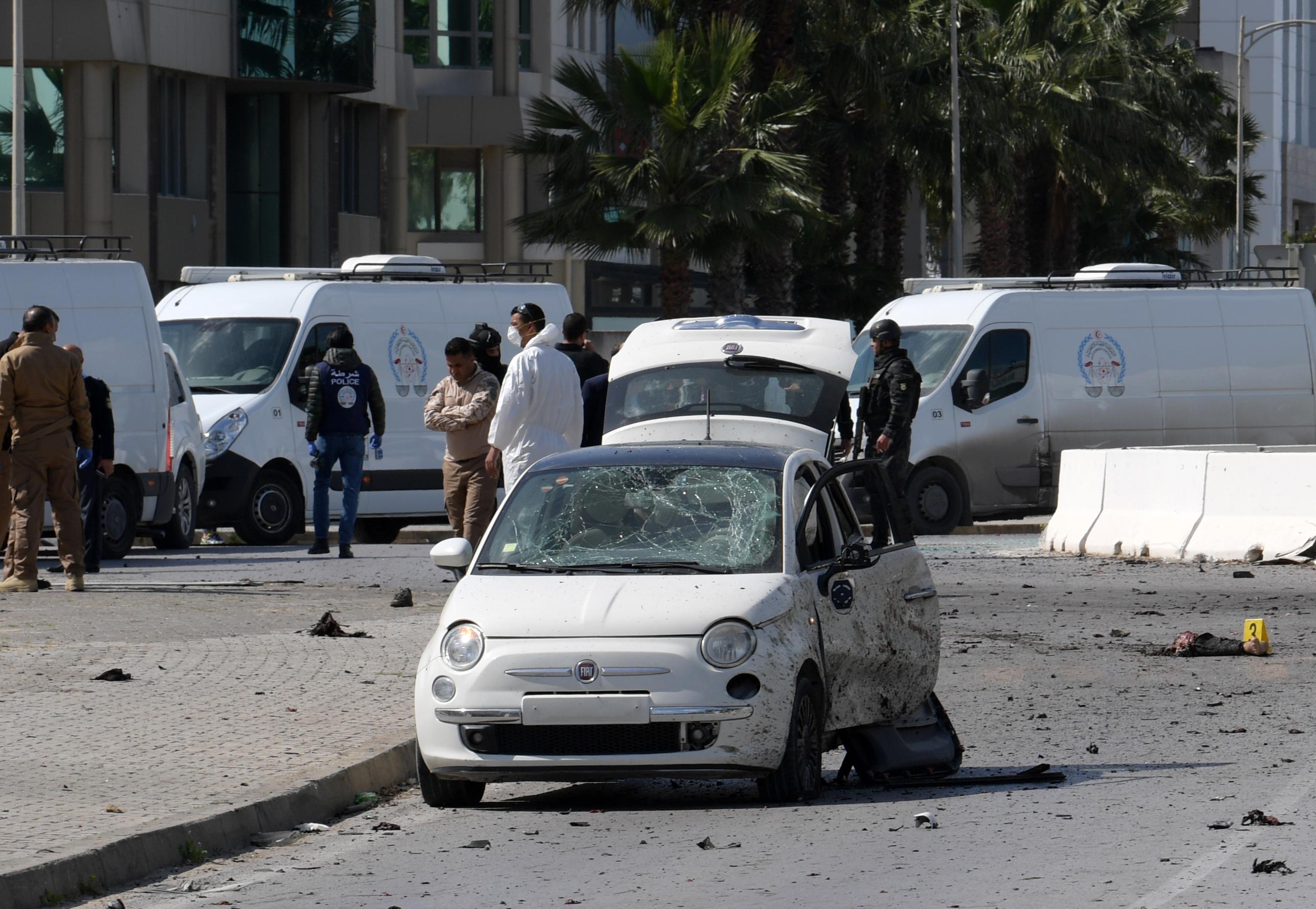 الشرطة وخبراء الطب الشرعي في موقع التفجير قرب السفارة الأميركية في تونس
