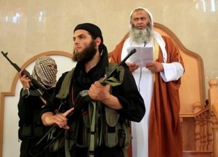 """أبو النور المقدسي على منبر الجمعة في مسجد ابن تيمية في مدينة رفح حيث أعلن مع أنصاره قيام """"إمارة إسلامية""""."""