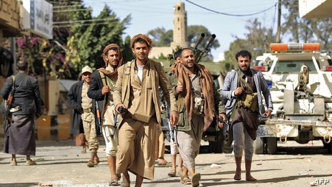 مسلحون حوثيون أمام منزل علي عبد الله صالح