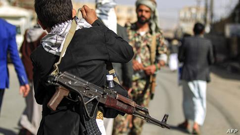 فتى يمني يحمل بندقية في العاصمة صنعاء التي يسيطر عليها الحوثيون
