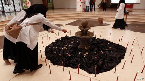 طلاب كلية الطب في صنعاء يشعلون الشموع خلال حفل لإحياء الذكرى الأولى لتفجير المستشفى العرضي