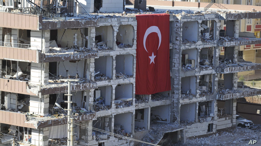 بين أيار/مايو وتشرين الأول/أكتوبر 2015، نفذ داعش سلسة في تركيا تسببت في مقتل 150 شخصا.