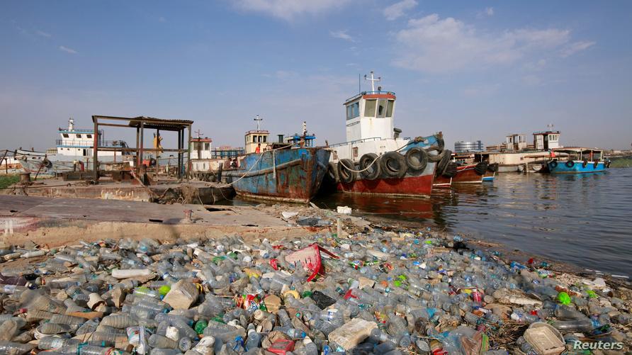 تراكم النفايات البلاستيكية بالقرب من حطام السفن في شط العرب بمحافظة البصرة