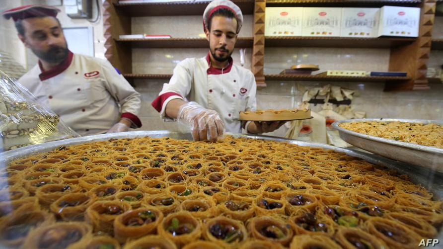 لاجئون سوريون في مصنع لصناعة الحلويات في الأردن/ وكالة الصحافة الفرنسية