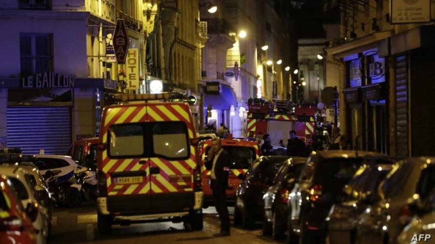 سيارات الشرطة والإسعاف في موقع هجوم سابق وسط باريس