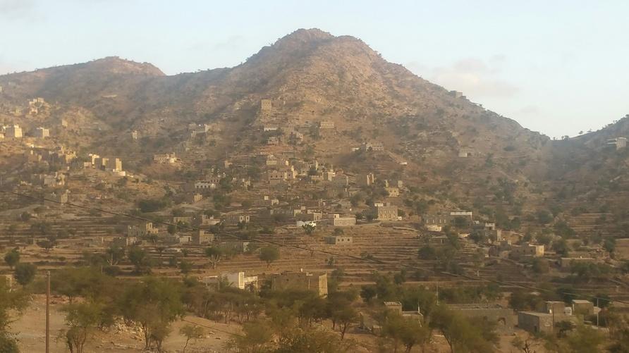 مدرجات زراعية في موسم غير زراعي تبدو جافة في منطقة ريفية تابعة لمحافظة تعز جنوبي غرب اليمن/ارفع صوتك
