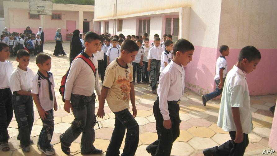 تلاميذ عراقيون يدخلون إلى صفوفهم في يومهم الدراسي الأول بعد العطلة الصيفية/وكالة الصحافة الفرنسية