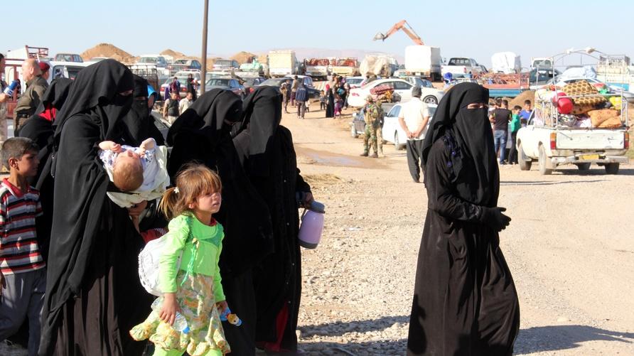 نساء هاربات من الموصل يصلن إلى مخيمات النزوح شرق المدينة/إرفع صوتك