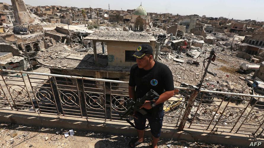 مقاتل في جهاز مكافحة الإرهاب في المدينة القديمة بالجانب الأيمن من الموصل/وكالة الصحافة الفرنسية