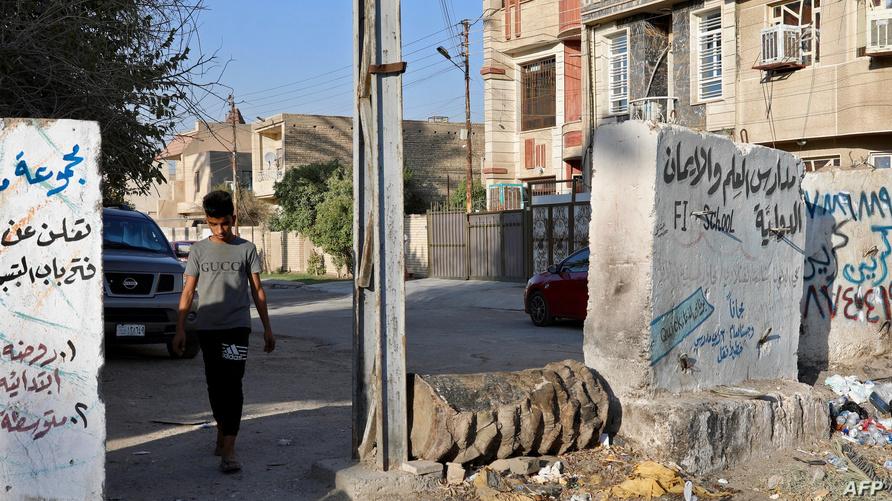 صبي عراقي يسير في أحد أحياء العاصمة بغداد
