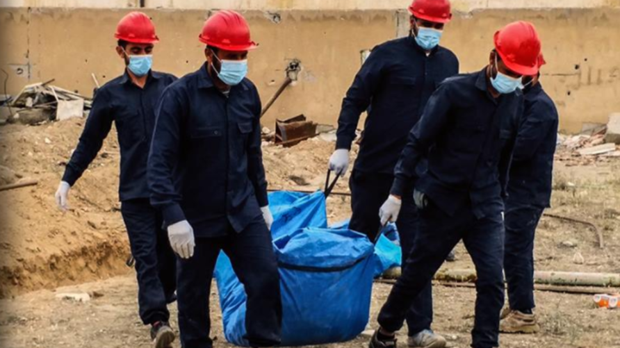 أفراد من الطب الشرعي ينقلون رفات ضحايا المقبرة الجماعية ملعب الرشيد/مجلة الرقة المدني