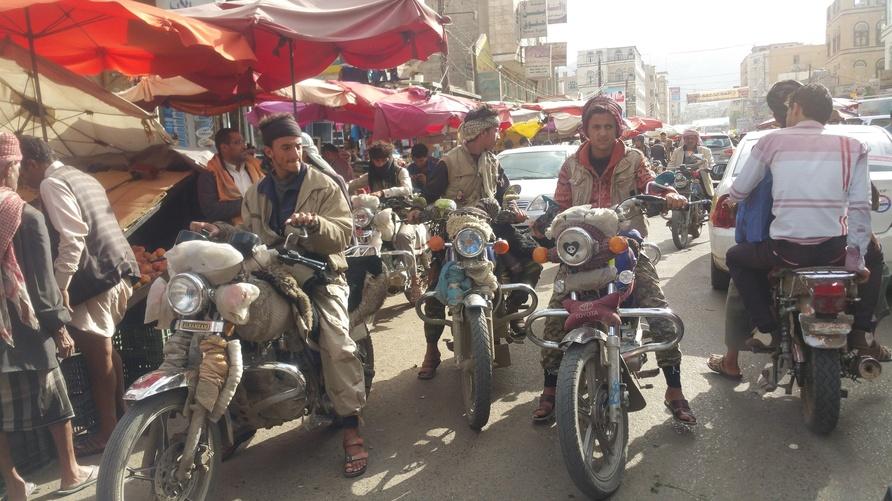 أشخاص يركبون دراجاتهم النارية التي يتخذونها كوسيلة لكسب العيش/إرفع صوتك