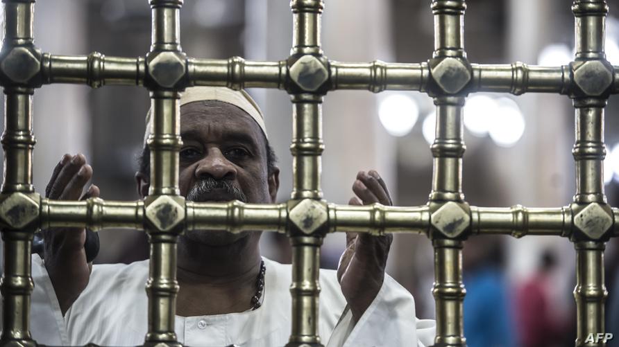 مصري يقف أمام ضريح الحسين في القاهرة، خلال أحد الاحتفالات بذكرى المولد النبوي.