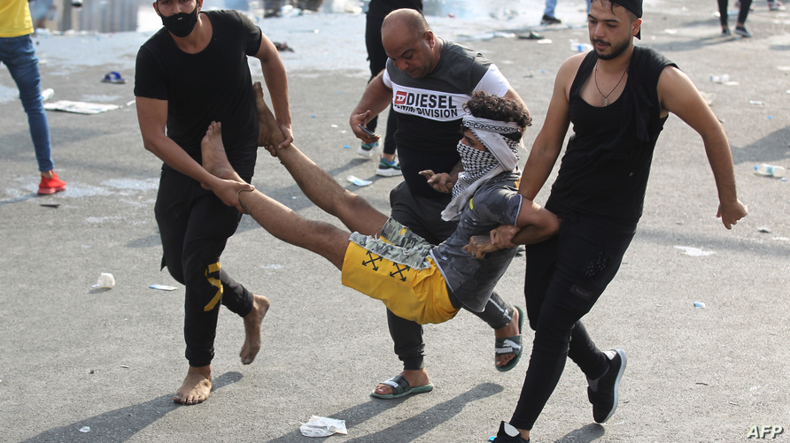 متظاهرون بنقلون أحد الجرحى خلال احتجاجات ساحة التحرير في بغداد/ ا ف ب
