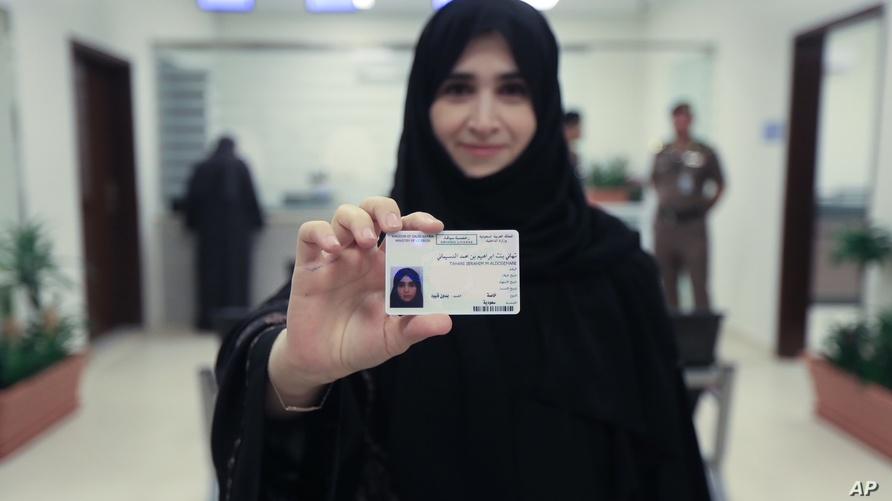 واحدة من مجموعة سعوديات كن أول من حصلن على رخصة قيادة