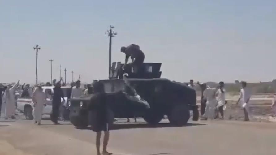 أفراد من عشيرة آل زياد ترمي القوة الأمنية بالحجارة/ الصورة من فيديو متداول على فيسبوك
