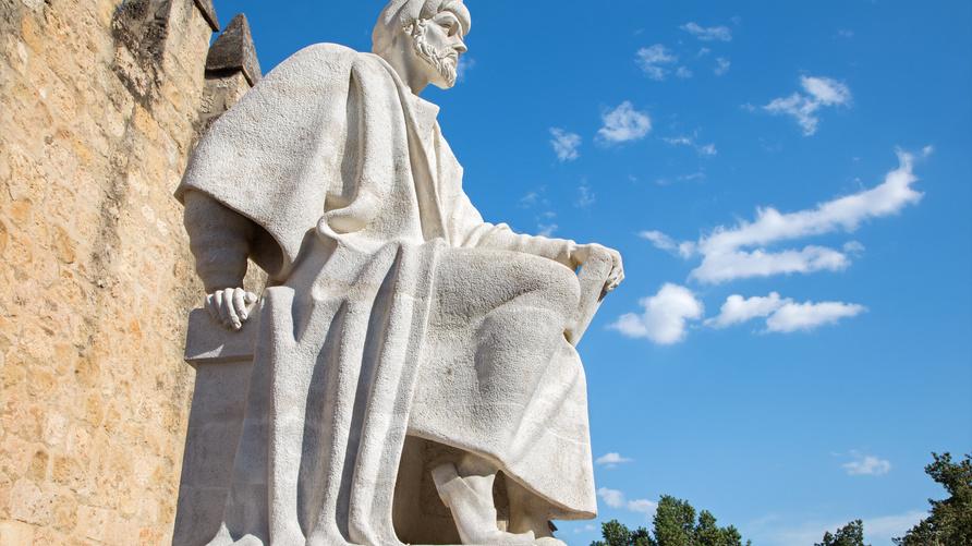 تمثال ابن رشد، من كبار رواد الفلسفة الإسلامية