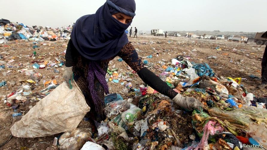 منقبّة عن نفايات قابلة للتدوير في مكب قرب أربيل/ رويترز
