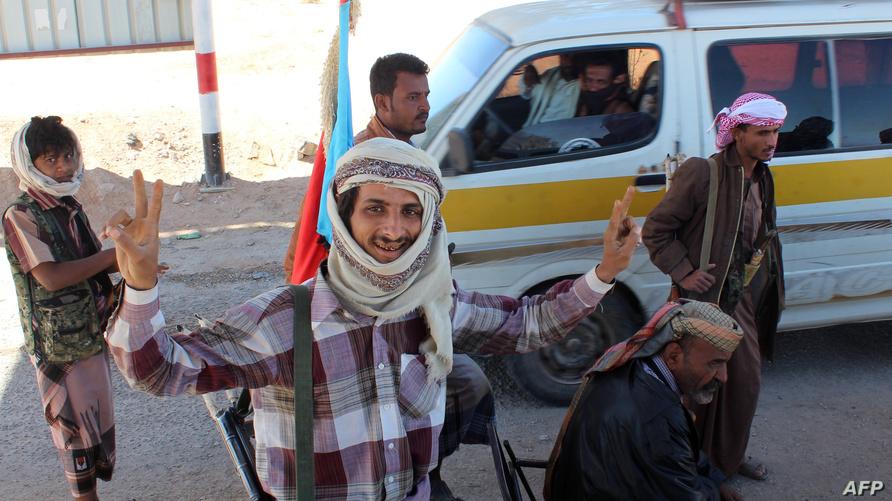 انفصاليون يلوحون بعلامة النصر بعد السيطرة على مراكز شرطة جنوب اليمن