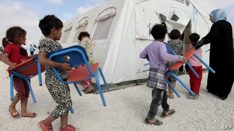 طلبة لاجئون سوريون في مخيم الزعتري/وكالة الصحافة الفرنسية