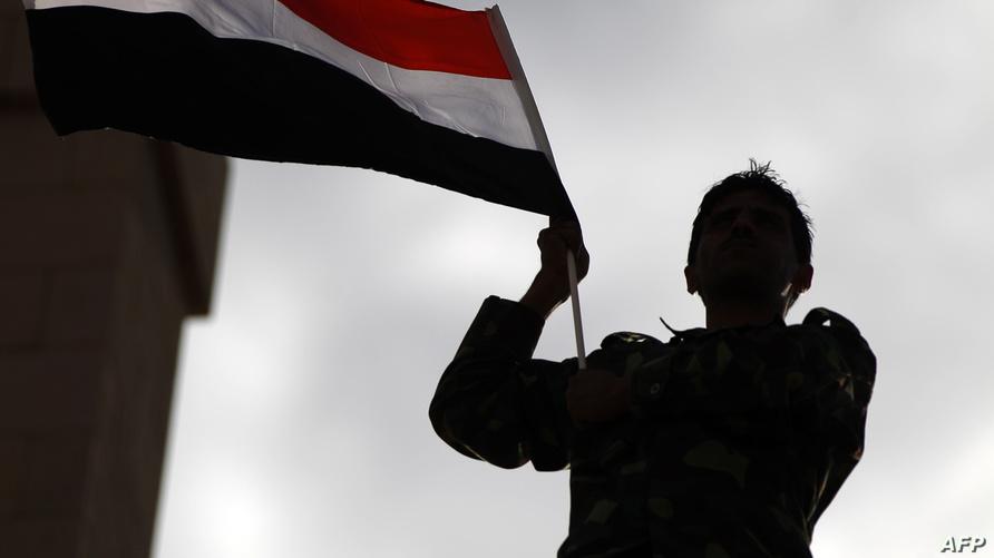 طفل يمني يرفع علم بلاده في تظاهرة سابقة في أيار/مايو 2017/وكالة الصحافة الفرنسية