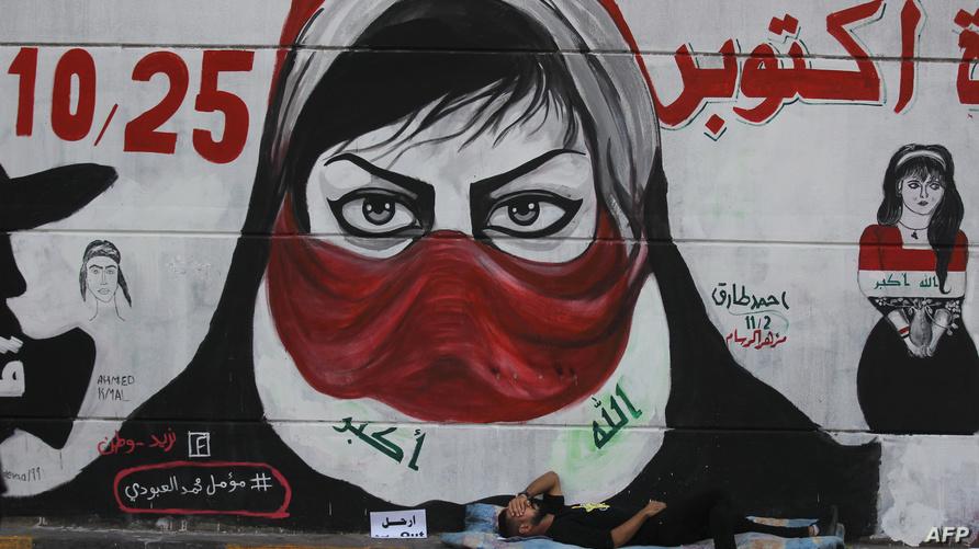 على طول النفق تحت ساحة التحرير والشوارع القريبة تنتشر جداريات تطالب بالإصلاح رسمها المتظاهرون