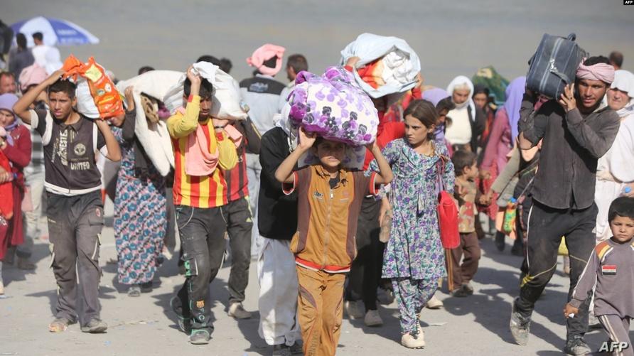 نازحون أيزيديون قرب الحدود العراقية السورية/ وكالة الصحافة الفرنسية