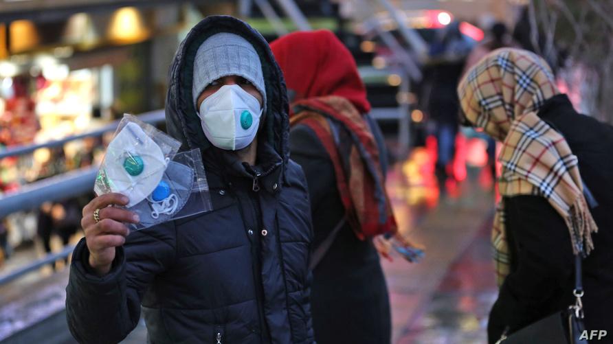 بائع كمامات متجول إيراني في العاصمة طهران بعد ثبوت وجود اصابات بفيروس كورونا في إيران