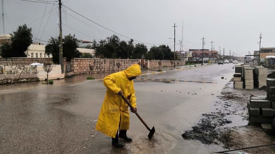 عامل نظافة أثناء حظر التجوال في الحمدانية في نينوى شمال العراق