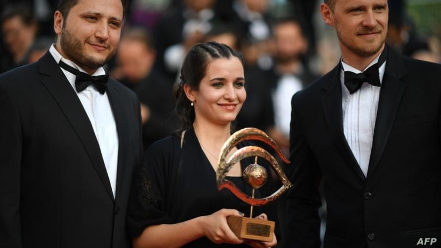 المخرجة وعد الخطيب أثناء تسلّمها جائزة العين الذهبية في مهرجان كان 2019