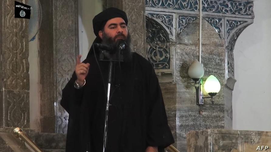 لقطة من فيديو بثته مواقع موالية لداعش تظهر البغدادي أثناء خطبته في جامع النوري