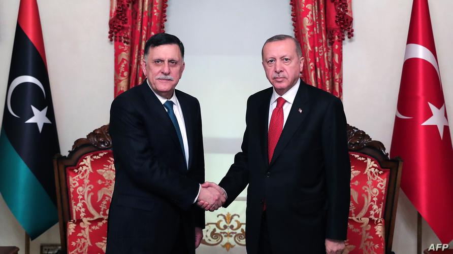 الرئيس التركي رجب طيب إردوغان وفايز السراج رئيس حكومة الوفاق الوطني المدعومة من الأمم المتحدة