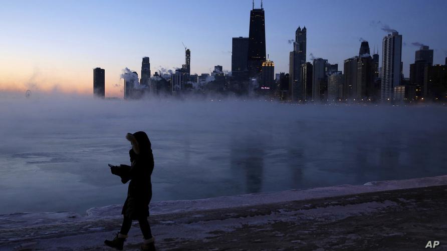 شخص يسير قرب نهر ميشيغان في مدينة شيكاغو