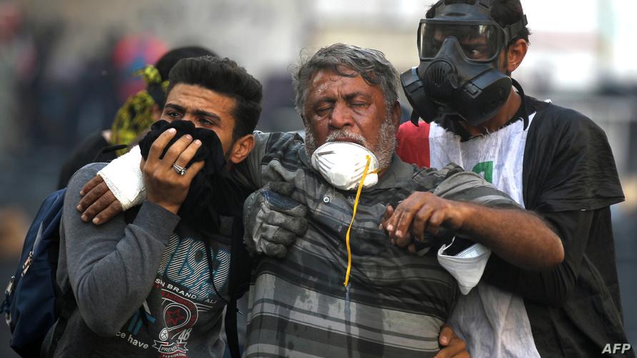 متظاهرون متضررون من الغاز المسيل للدموع/ ا ف ب