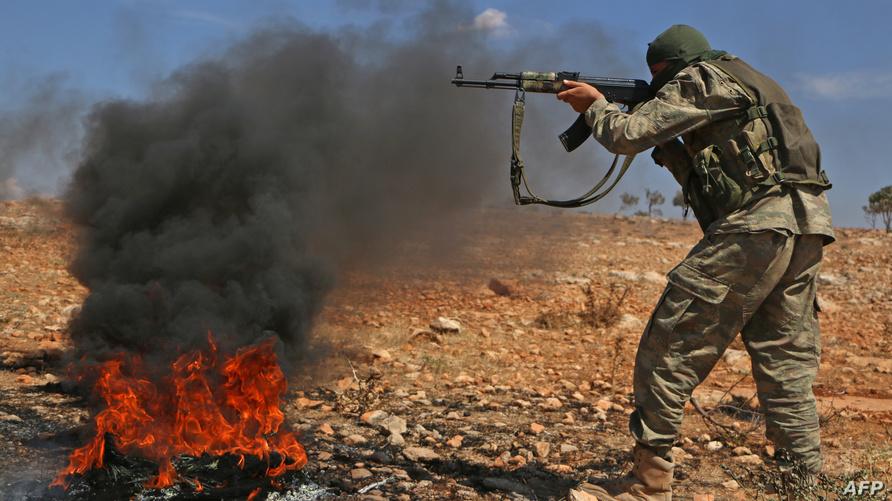 مقاتل من جبهة تحرير سوريا في معسكر تدريبي قرب إدلب استعداد لهجوم من قوات النظام.