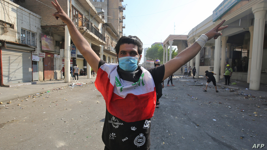متظاهر قرب البنك المركزي في بغداد، 7 نوفمبر 2019/ ا ف ب