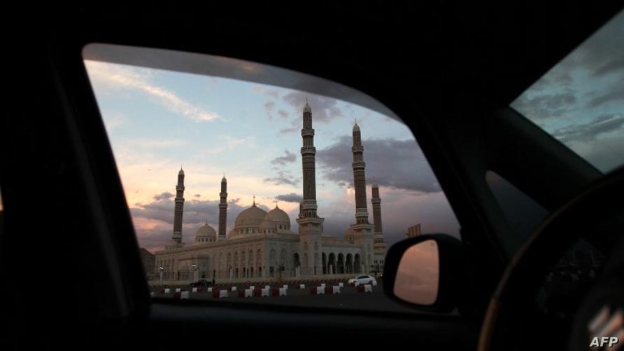 صورة تظهر مسجد الصالح في اليمن من نافذة سيارة/وكالة الصحافة الفرنسية