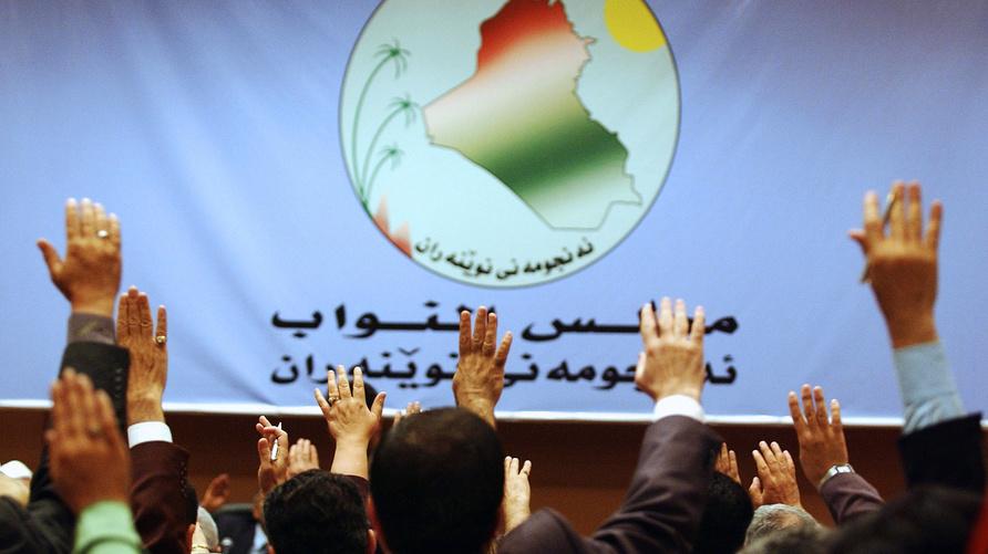 أعضاء البرلمان العراقي يصوتون بالموافقة على أحد القرارات/وكالة الصحافة الفرنسية