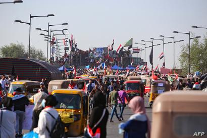 عراقيون يتظاهرون على جسر الجمهورية