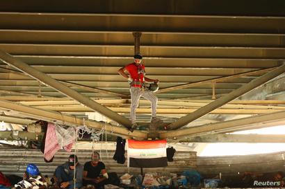 متظاهرون عراقيون تحت جسر الجمهورية
