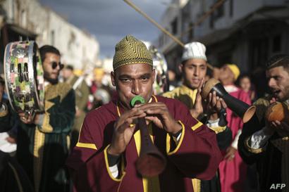 عازف في فرقة مغربية تقليدية خلال الاحتفال بذكرى المولد النبوي في مدينة سلا (غرب).