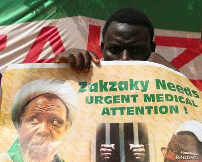 متظاهر يرفع صورة الشيخ إبراهيم زكزكي الذي يبقع في السجن منذ أربع سنوات
